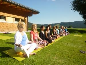meditieren in die untergehende sonne